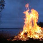 焚き火は法律で禁止されている? 河原や庭や公園でやるには?