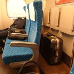 新幹線でスーツケースを足元に置ける大きさは?置けない時の対処法は?